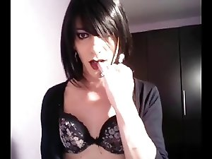 crossdreser brunette se toca en webcam